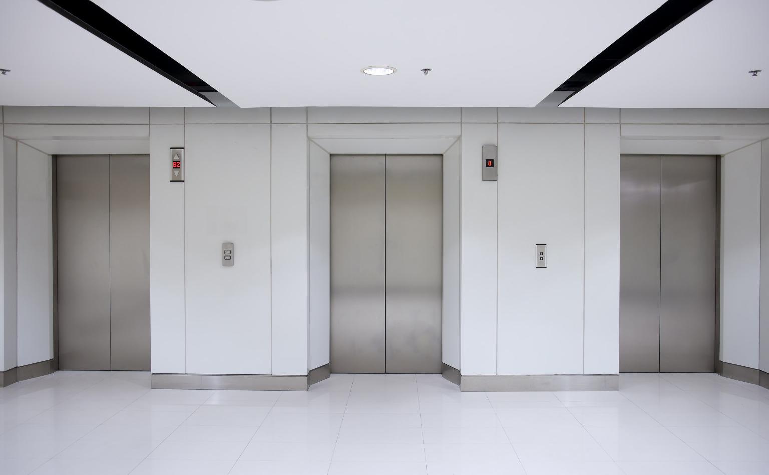 La imagen tiene un atributo ALT vacío; su nombre de archivo es lift-doors.jpg